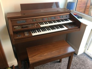 Yamaha electric organ with two keyboards and pedals
