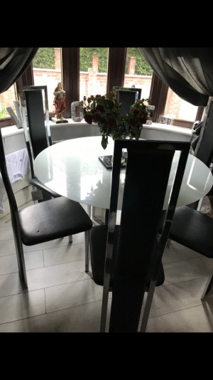 Beautiful big dinning table with 6 chairs, very good condition