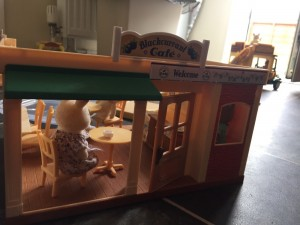 Sylvanian family cafe with 4 figures verry good condition message for location details do not deliver