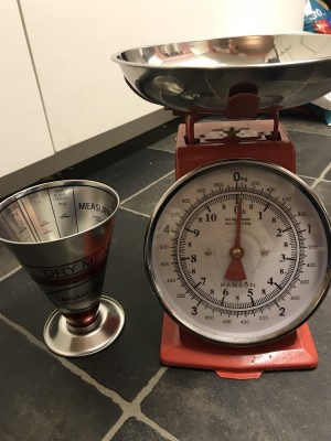 Never used retro kitchen scales and dry measuring cup