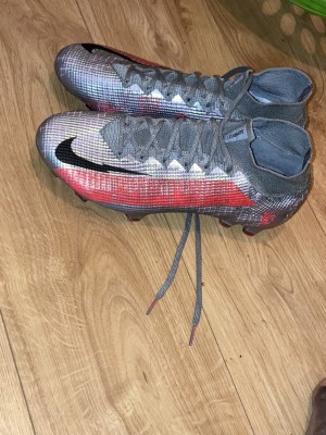 Size 9 Nike football boots, only worn once with no marks or anything.