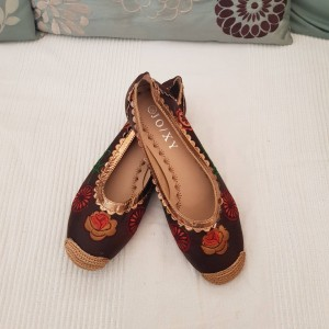 Pretty Embroidered Brown Pumps Size 5