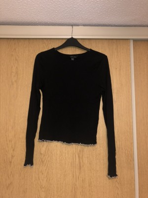 New look size 10 long sleeved black tee
