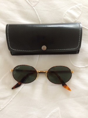Rayban sidestreet sunglasse b&l etched on lenses slight mark on one lense otherwise excellent condition